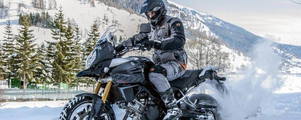 casco integrale su moto in montagna